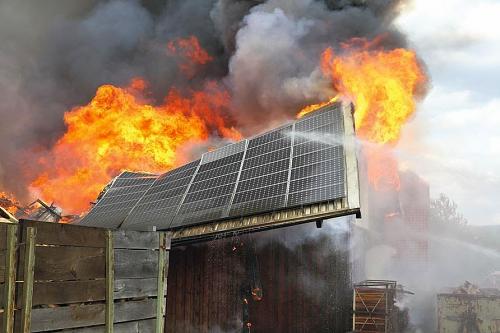 ¿Peligros Vivir bajo placas solares?-fire-solar-panel.jpg
