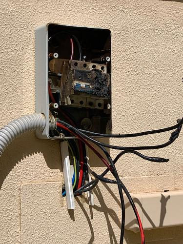 Incendio en magnetotermico CC entre paneles e inversor-img_2735.jpeg
